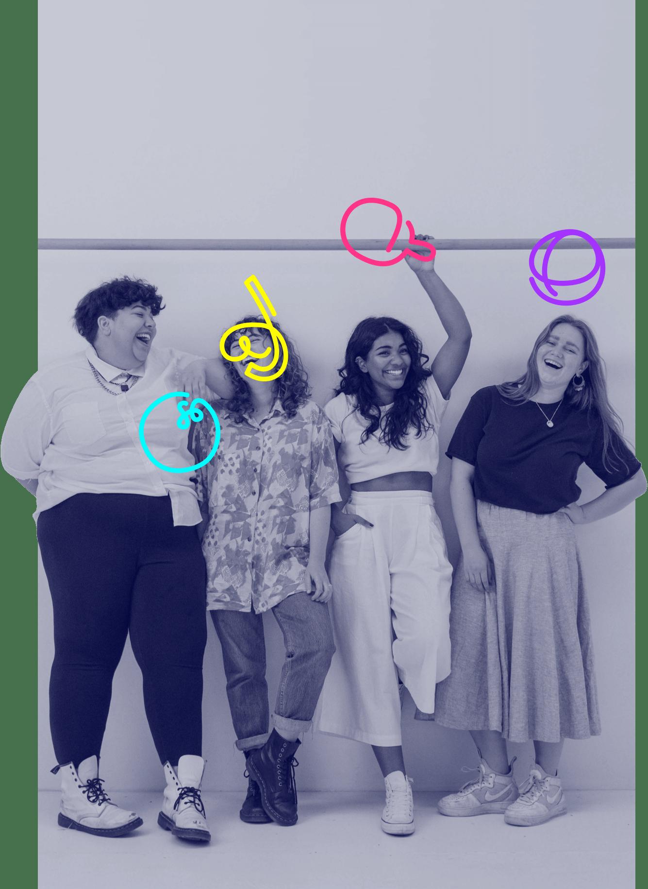 Quatre jeunes filles portant une boule de bowling, un masque de plongée, une raquette de tennis de table et un ballon de basket